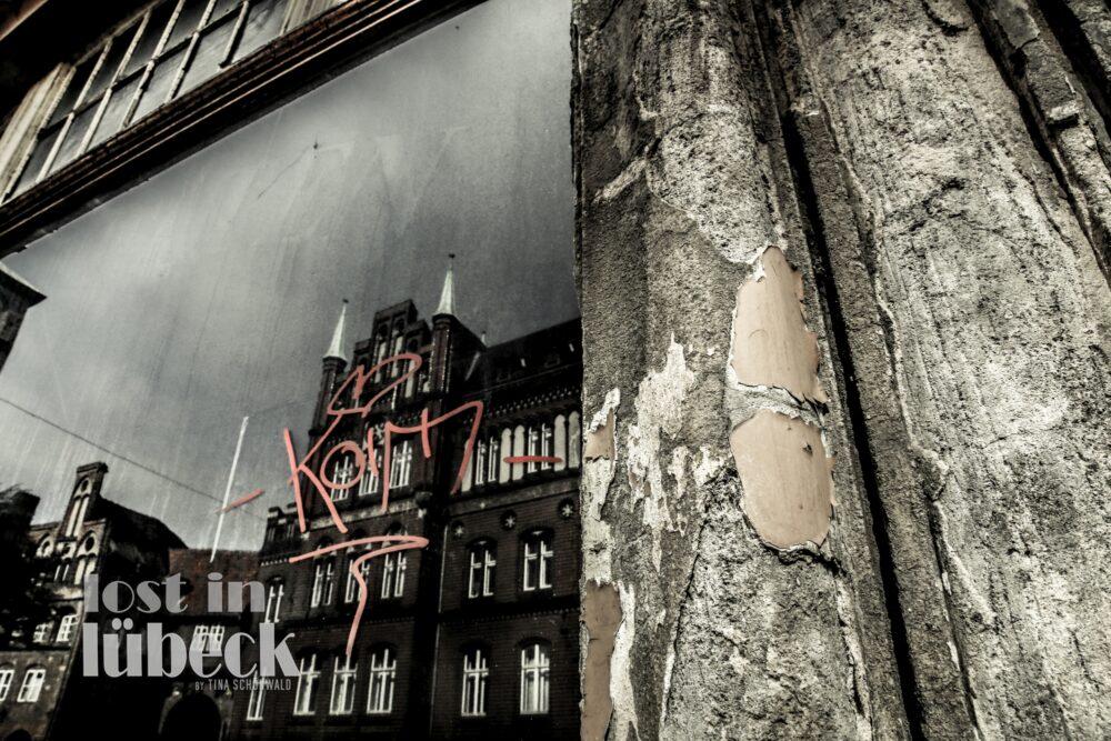 Große Burgstrasse Lübeck Spiegelung der Häuserzeile in altem Schaufenster