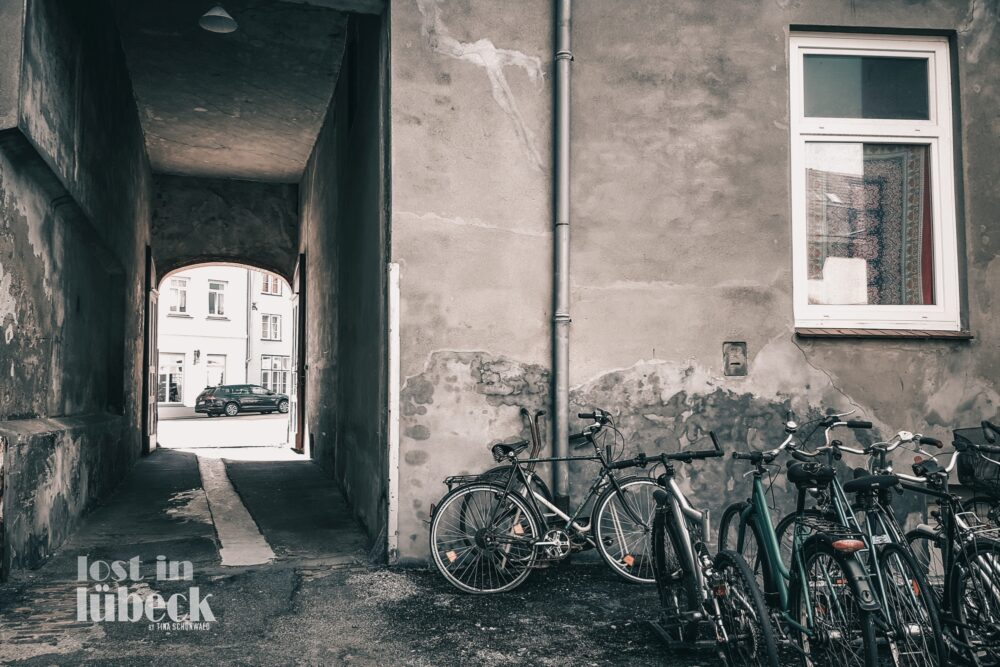 Rosenpforte Lübeck Hinterhof Fahrräder Gang Blick auf Rosenpforte