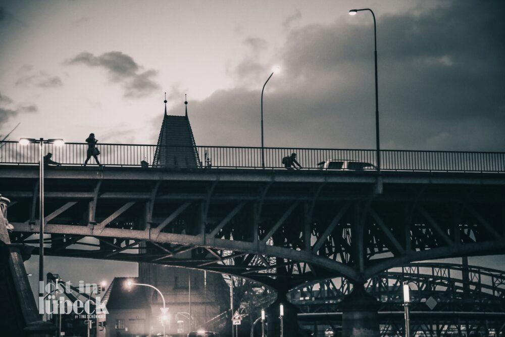 Burgtorbrücke Lübeck Laternen dunkel Fussgänger auf Brücke