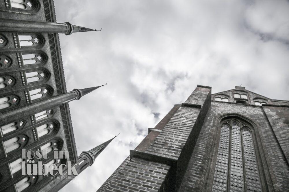 Marienkirchhof Lübeck Blick an der Kirche hoch in den Himmel