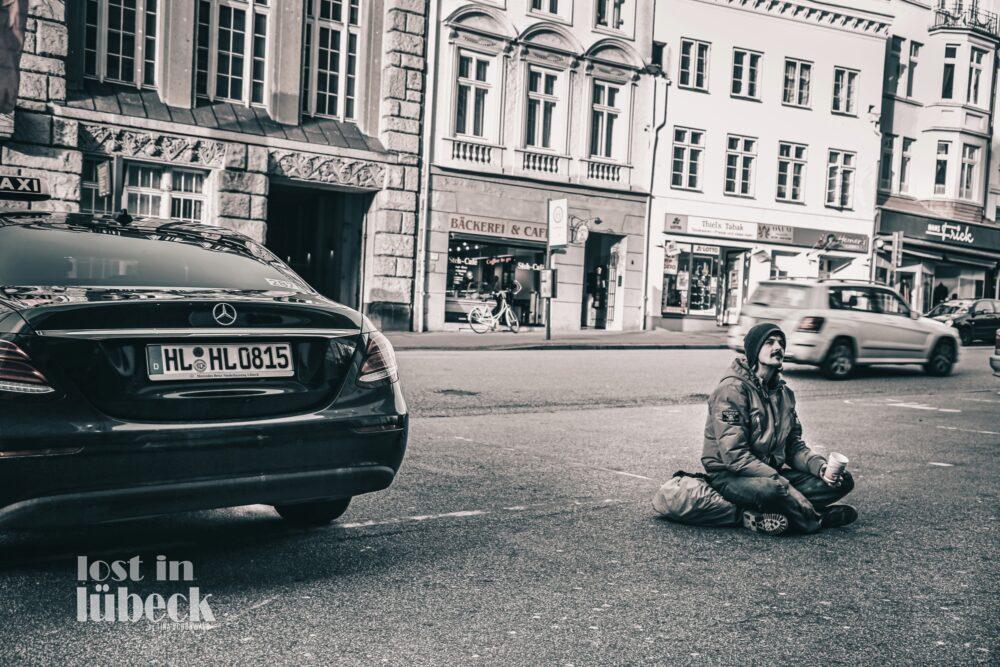 Beckergrube Lübeck Bettler vs. Mercedes Blick auf Bäckerei, Lost in Lübeck
