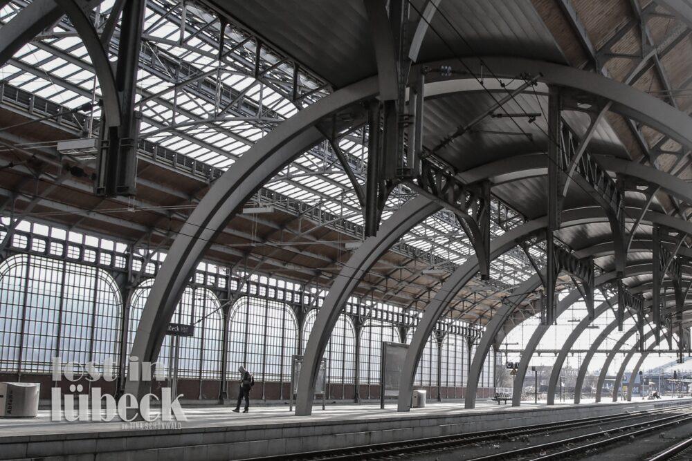 Am Bahnhof Lübeck Innenansicht vom Bahnhof Gleise