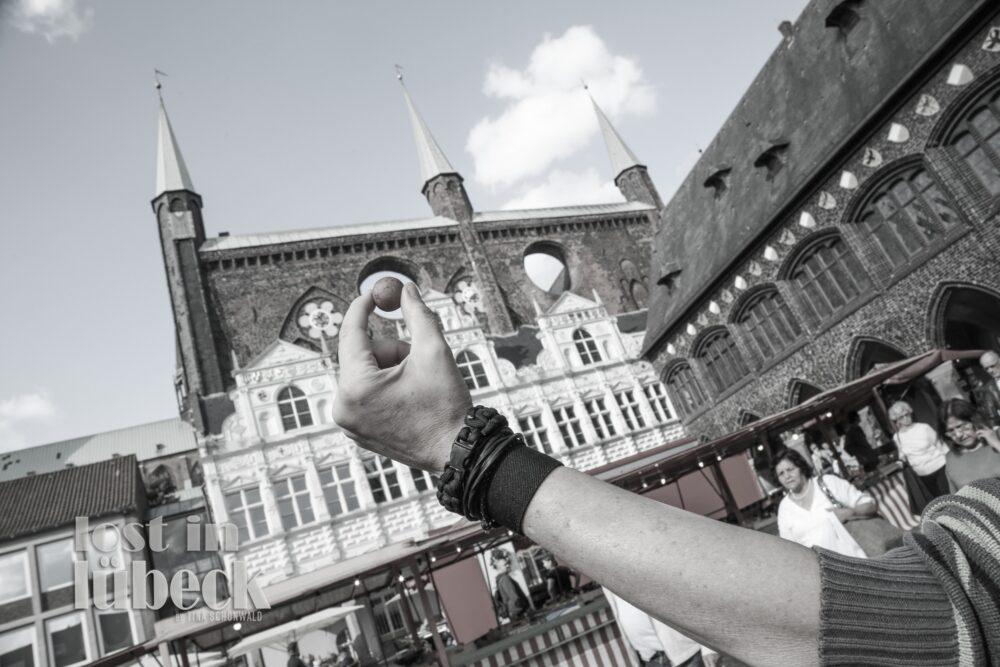 Markt Lübeck Marzipankartoffel vor Rathaus