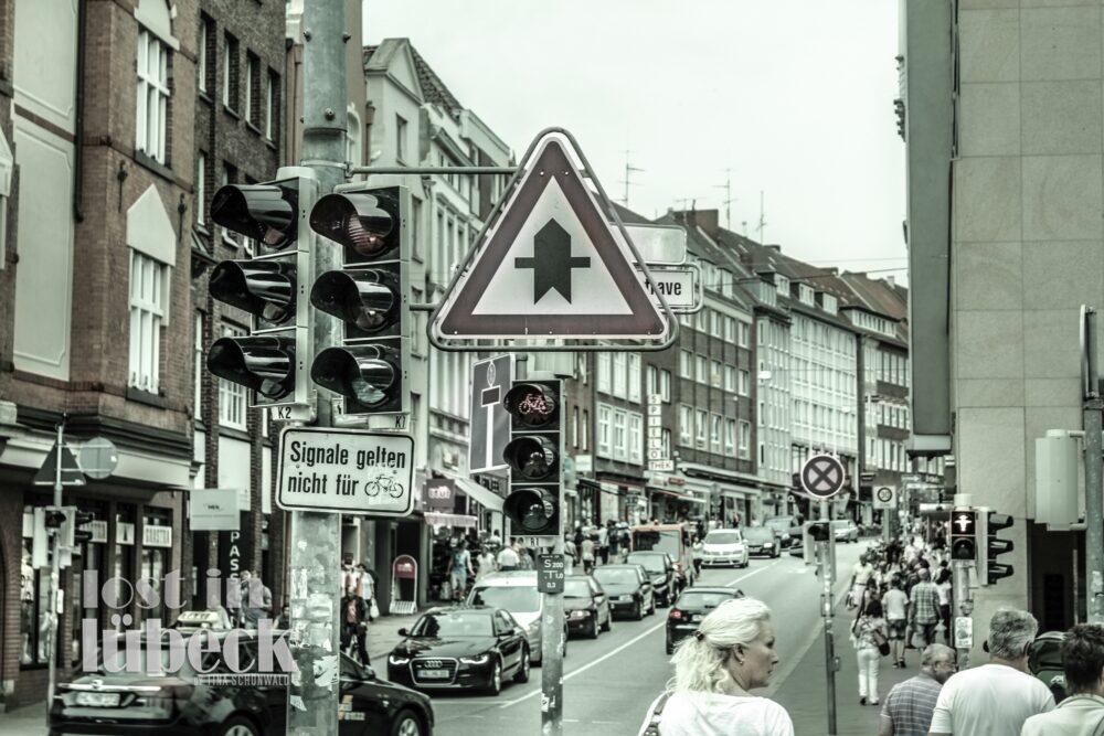 Holstenstrasse Lübeck Ampel und Schilder im Vordergrund Blick Holstenstrasse hoch
