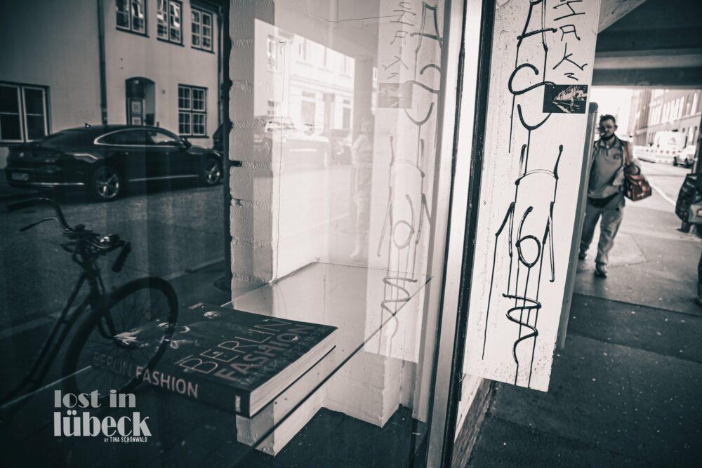 schaufenster kupferschmiedestrasse lübeck graffiti