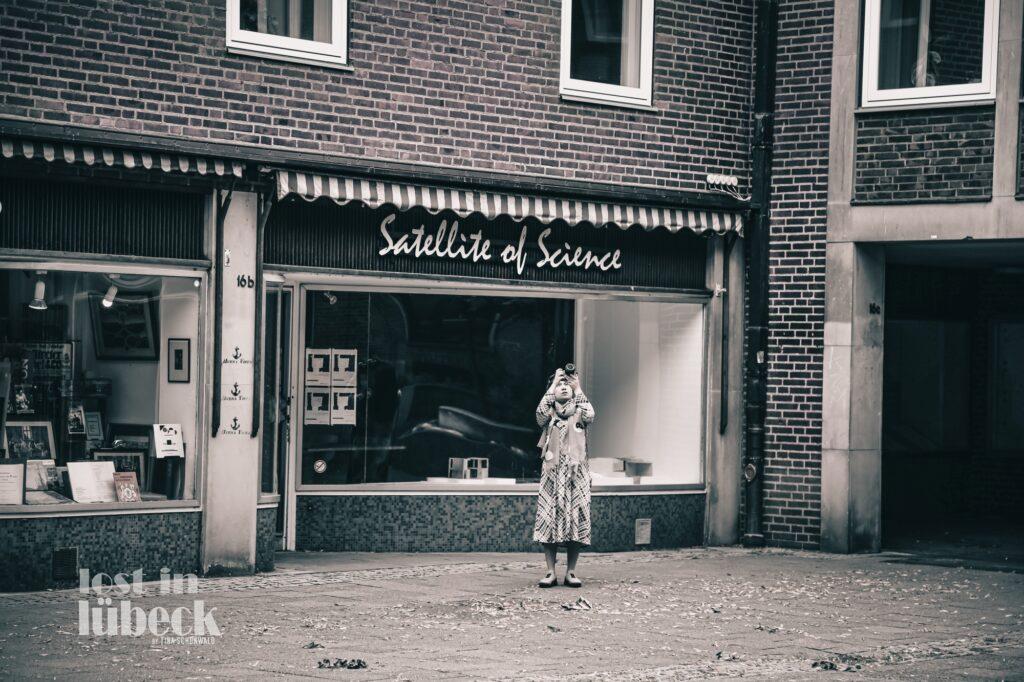 frau fotografiert Markt Lübeck 50iger 60iger Jahre