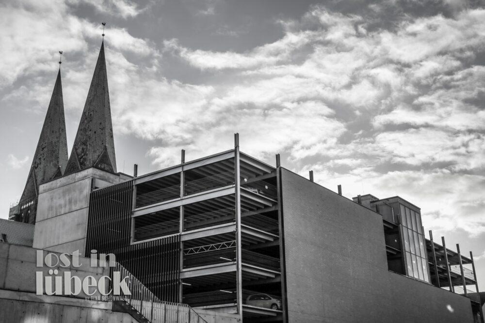 Wehdehof Lübeck Blick aufs Parkhaus Kirchtürme Wolkenhimmel