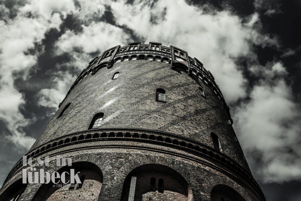 Wakenitzstrasse Lübeck historischer Wasserturm mit Blick in den Wolkenhimmel